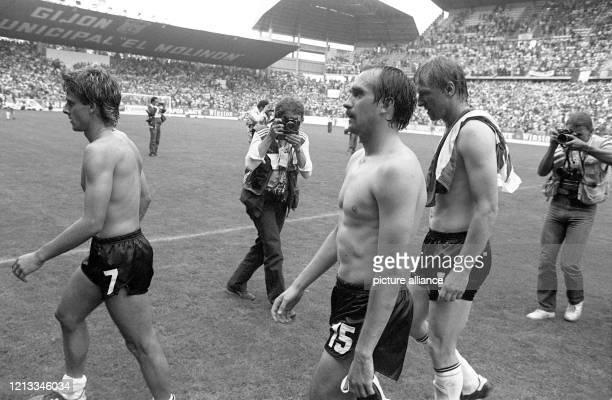 Die deutschen Spieler Pierre Littbarski, Uli Stielike und Horst Hrubesch verlassen bei Spielende tief enttäuscht und erschöpft den Rasen. Die...