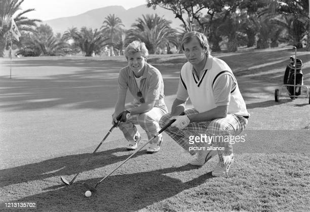 Die deutschen Tennisspieler Jürgen Fassbender und Sylvia Hanika bei einem Prominenten-Golfturnier am 8.11.1986 im südspanischen La Manga. An dem von...