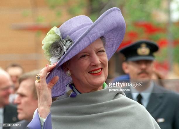Die dänische Königin Margrethe II. Hält am 27.6.2000 während ihres Rundgangs auf dem Gelände der Weltausstellung Expo 2000 in Hannover ihren Hut...
