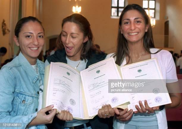 Die drei aus der Türkei stammenden Schwestern Sibel Yelda und Funda Arduc präsentieren am 2191999 im Frankfurter Römer ihre Einbürgerungsurkunden...
