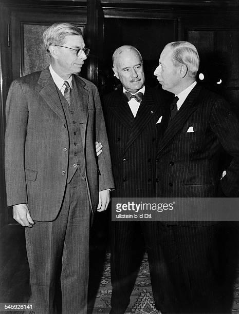 Die drei Hohen Kommissare während einesTreffens im Hauptquartier derfranzösischen Militärregierung in Berlinvlnr James B Conant AndreFrancoisPoncet...