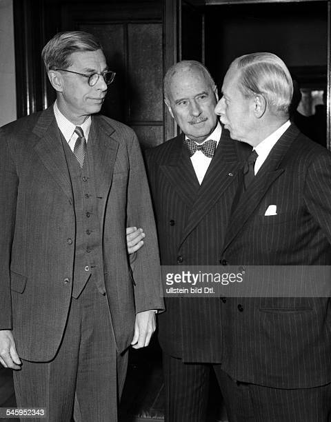 Die drei Hohen Kommissare während einesTreffens in Berlin vlnrJames B Conant AndreFrancoisPoncet und SirIvone Kirkpatrick