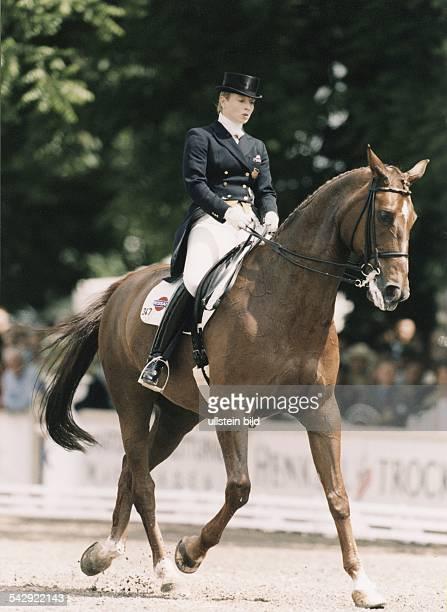 Die Dressurreiterin Isabell Werth mit ihrem Pferd 'Gigolo' auf der CHIO in Aachen 1998