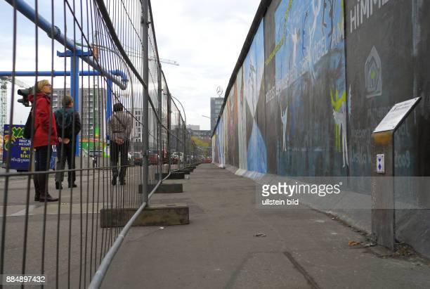 Die East Side Gallery ist laengster erhaltener Abschnitt der Berliner Mauer am Originalplatz 105 Originalkunstwerke von 118 Kuenstlern aus 21 Laender...