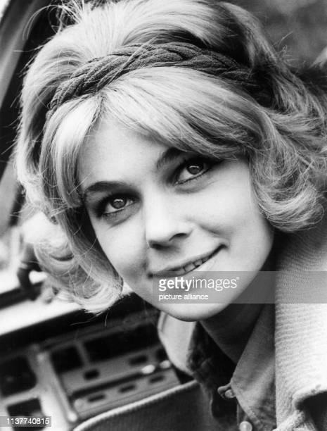 Die ehemalige EiskunstlaufWeltmeisterin aus der DDR Gabriele Seyfert am 13 November 1971 Sie betreut als Trainerin den Eislaufnachwuchs im Sportclub...