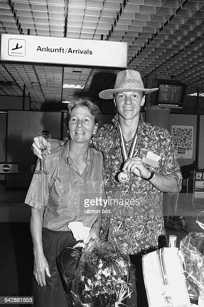 Die ehemalige Hockeyspielerin Greta Blunck begrüßt ihren Sohn Christian Blunck bei seiner Ankunft am Hamburger Flughafen Der Hockeyspieler vom HTHC...