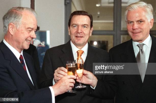 Die ehemaligen niedersächsischen Ministerpräsidenten Ernst Albrecht und Gerhard Schröder sowie der amtierende Ministerpräsident Gerhard Glogowski...