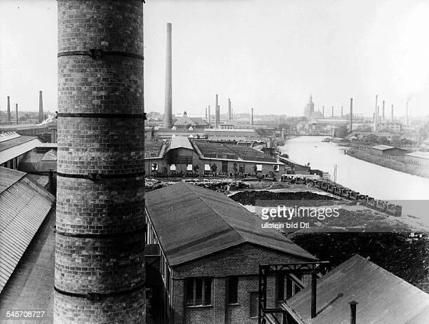 Die ehemaligen Spandauer Heereswerkstätten, die während des Krieges 70.000 Menschen zurKriegsmaterialproduktion beschäftigten. Nach Kriegsende waren...