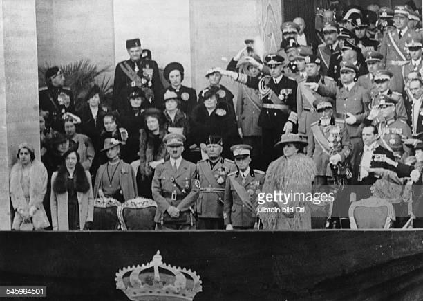 Die Ehrentribüne am Fusse des Monte Celiovon links Prinzessin Maria von SavoyenPrinzessin Mafalda von Hessen Adolf HitlerBenito Mussolini der König...