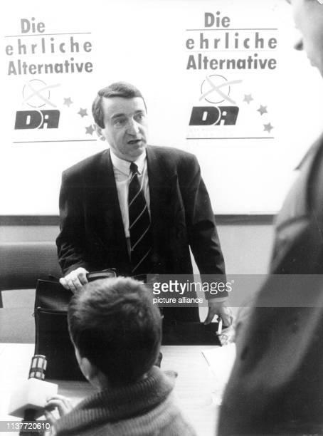 """""""Die ehrliche Alternative"""": Mit diesem Slogan war der DA mit seinem Vorsitzenden Wolfgang Schnur in den Wahlkampf gegangen. . Der Vorsitzende des..."""