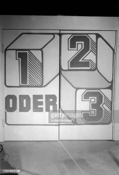 """Die Eingangstür mit Logo der ZDF Kinderquizshow """"1, 2 oder 3"""", Ende 1970er Jahre."""