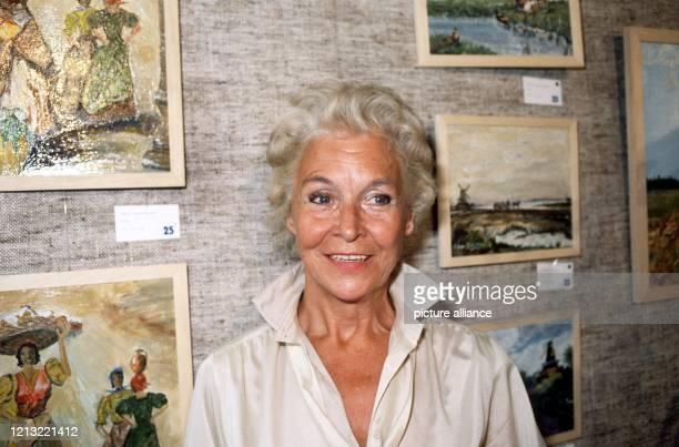 Die einst prominenteste Strafgefangene Deutschlands Vera Brühne am 7 Juli 1980 vor ihren ausgestellten Gemälden Sie und der Montageschlosser Johann...