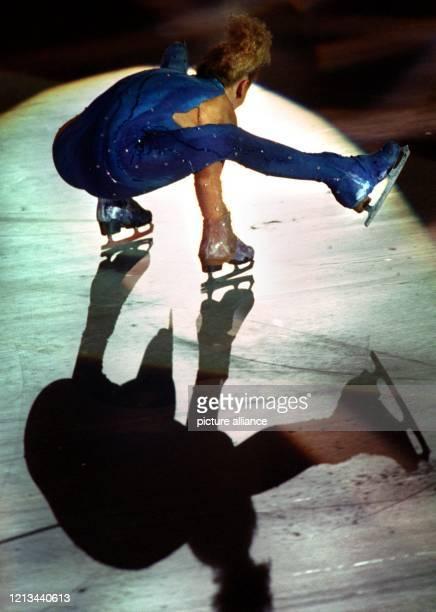 """Die Eiskunstläuferin Gia Guddat aus Kanada wirft am bei der ARD- """"Gala on Ice"""" in der Frankfurter Eissporthalle im Scheinwerferlicht einen Schatten..."""
