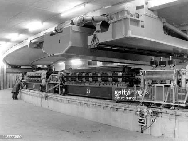 Die Elektronenbeschleunigungsanlage aufgenommen Anfang 1964 Am 19 Dezember 1959 wurde in Hamburg der Staatsvertrag über die Errichtung des Deutschen...