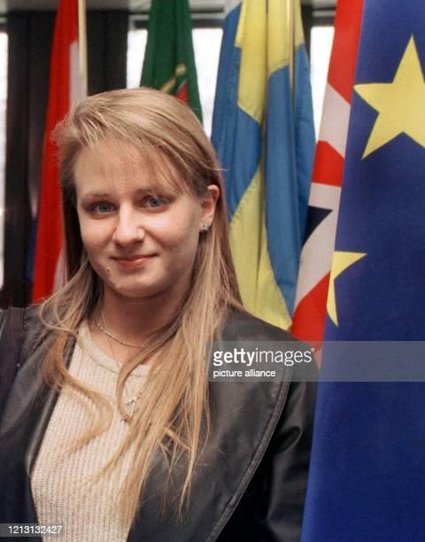Die Elektronikerin Tanja Kreil steht am 1112000 vor den Fahnen der EUMitgliedstaaten im Europäischen Gerichtshof in Luxemburg Die junge Frau die sich...