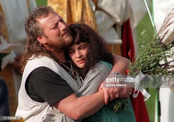 Die Eltern der ermordeten Natalie Christine und Hannes Astner umarmen sich auf der Beisetzung ihrer Tochter Natalie im oberbayerischen Epfach am...