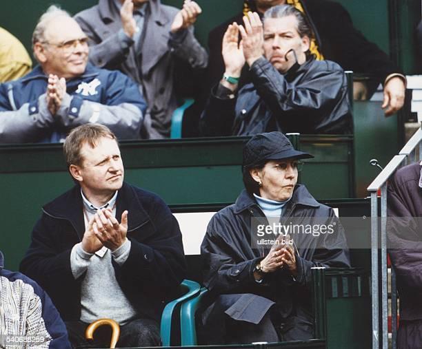 Die Eltern des Tennisspielers Nicolas Kiefer Wolfgang und Nicole Kiefer applaudieren nach einem Punktgewinn ihres Sohnes Aufgenommen Juli 1997