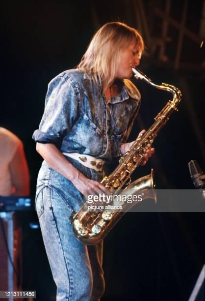 Die englische Jazz Musikerin Barbara Thompson, aufgenommen beim Eröffnungskonzert des fünften Internationalen Zelt-Musik-Festivals in Freiburg am 13....