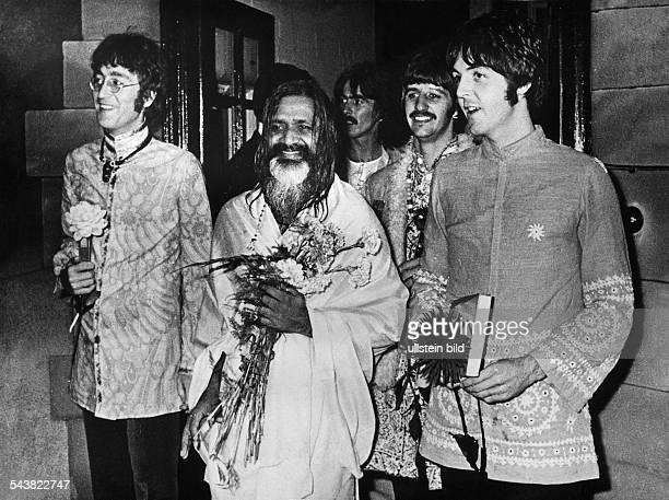 Die englische Popgruppe The Beatles treffen ihren indischen Guru zur Meditation in Wales John Lennon Maharishi Mahesh Yogi George Harrison Ringo...