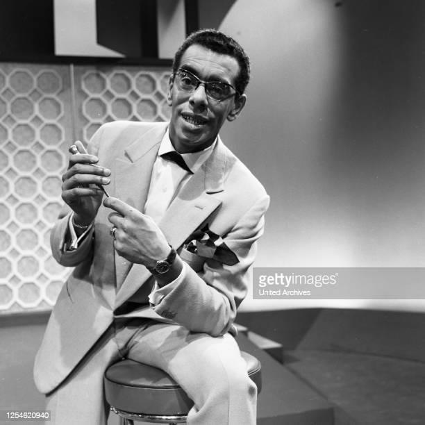 """Die erste Folge der Musiksendung """"Musik aus Studio B"""" mit dem Sänger Jack Finey, Deutschland 1960er Jahre."""