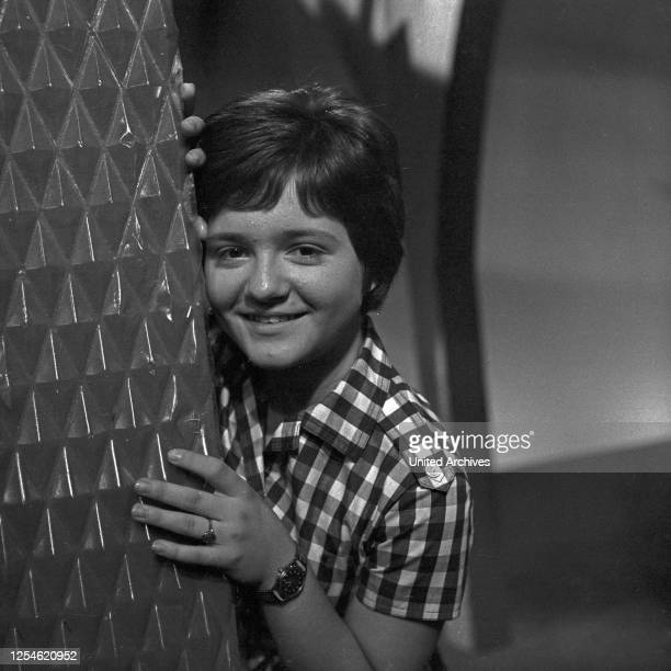 """Die erste Folge der Musiksendung """"Musik aus Studio B"""" mit der Sängerin Gissy Jung, Deutschland 1960er Jahre."""