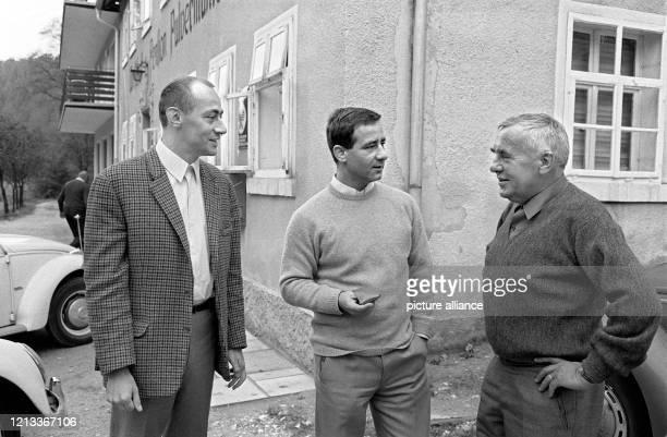 Die ersten Literaten sind zur Tagung der Gruppe 47 am vor der Pulvermühle in Waischfeld/Oberfranken eingetroffen : Klaus Röhler und Günter Herburger...