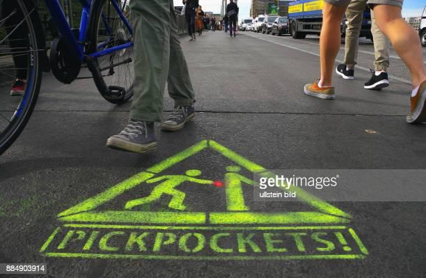 Die ersten von rund hundert WarnPktogramme sind kuerzlich auf dem Gehweg Warschauer Bruecke nahe dem beliebten Szeneviertel auf gesprayt worden
