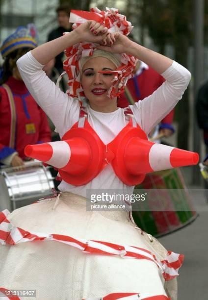 Mit einer bunten Parade verabschieden sich am auf der Weltausstellung in Hannover Kulturgruppen aus den ExpoTeilnehmerstaaten Seit der Eröffnung am 1...