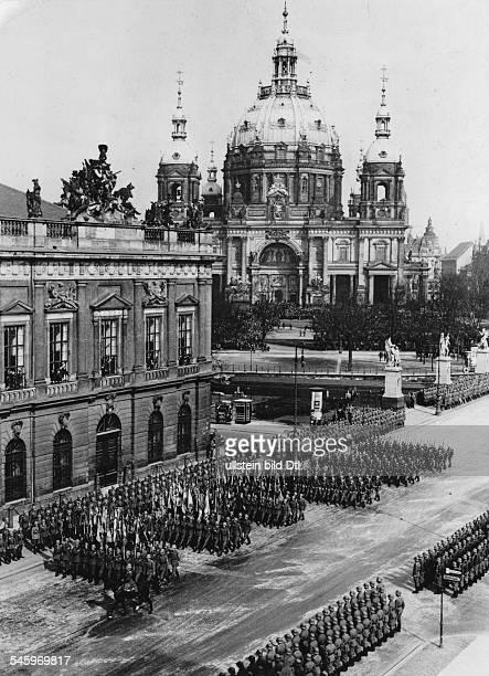 Die Fahnenkompanie mit den Fahnen der alten preussischen Armee marschiert vor dem Zeughaus in Berlin vorbei Im Hintergrund der Dom