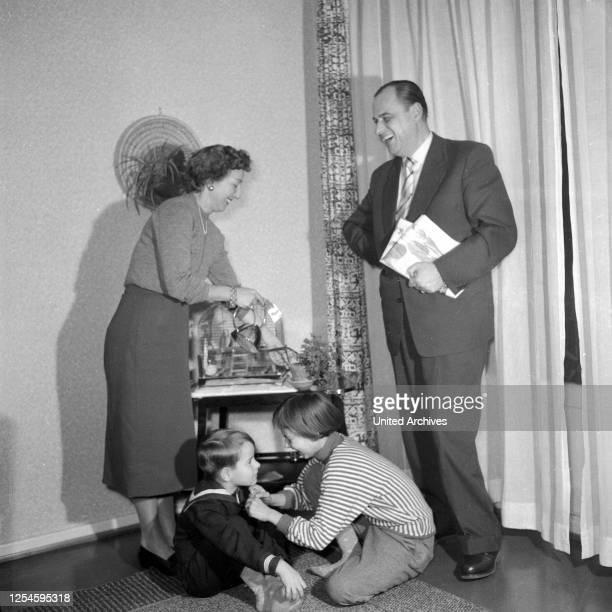 Die Familie von Albedyll unter dem Porträt eines Ahnen, Hamburg 1955.