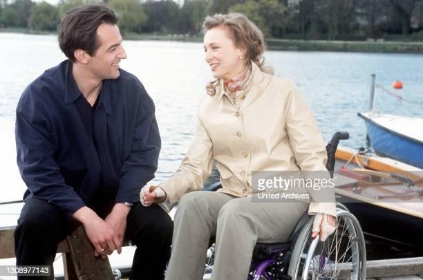 Die Familienrichterin Anette Rehling ist aufgrund eines tragischen Unfalls seit Jahren an ihren Rollstuhl gefesselt. Bei einem Essen lernt sie Viktor...