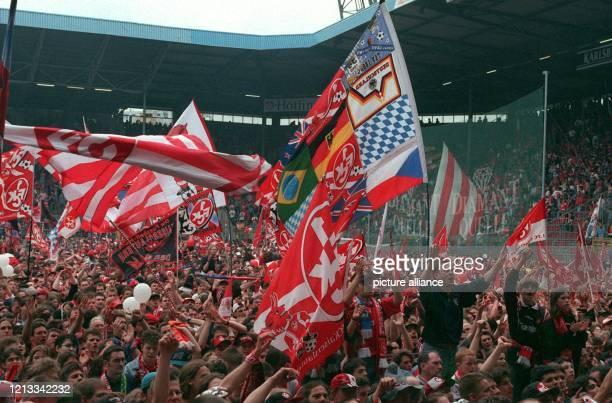 Die Fans des 1 FC Kaiserslautern feiern am 1851997 Pfingstsonntag im FritzWalterStadion dichtgedängt und fahnenschwenkend den Aufstieg ihres Klubs in...
