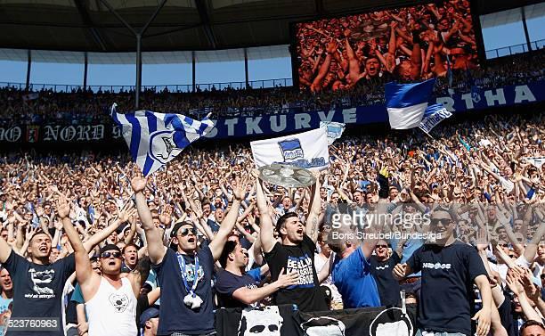 Die Fans von Hertha BSC bejubeln die 2 Bundesliga Meisterschaft und den Aufstieg in die 1 Bundesliga mit der Meisterfelge nach dem nach dem...