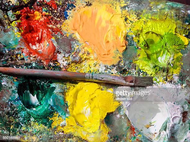 Die Farbpalette und der Pinsel eines Malers