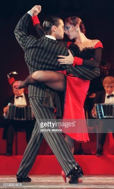 """Die Faszination eines Tanzes - Gustavo Russo und Alejandra Mantinan , Tango-Tänzer aus Buenos Aires, am 8.7.1997 bei einer Fotoprobe zu """"Tango..."""