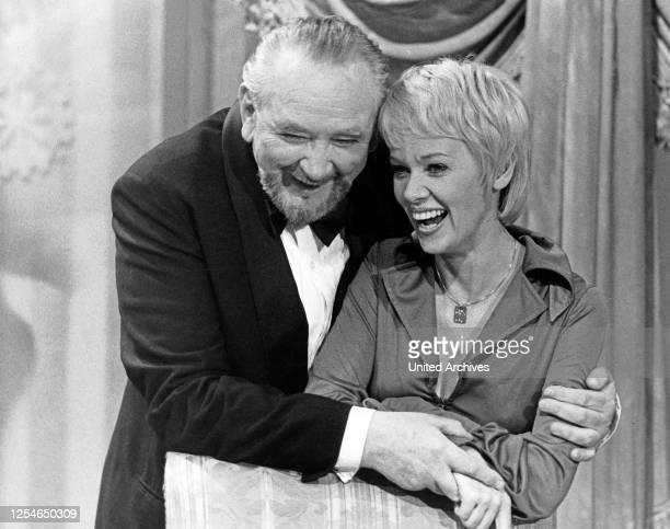 Die Fernsehansagerin und Moderatorin Hanni Vanhaiden mit Schauspieler Gustav Knuth, Deutschland 1970er Jahre.