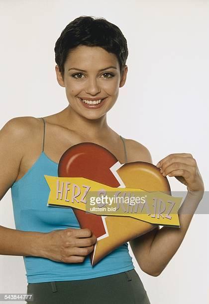 Die Fernsehmoderatorin Andrea Wieser mit dem Logo ihrer Sendung Herz Schmerz Aufgenommen Mai 2000