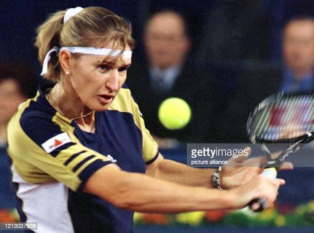 Die Filzkugel im Blick hat Steffi Graf im Match gegen die Französin AnneGaelle Sidot am in Hannover beim WTATurnier Graf gewinnt in zwei Sätzen mit...