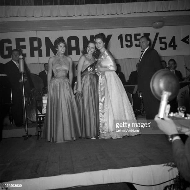 Die Finalistinnen zur Wahl der Miss Germany 1953 / 54 in der Ernst-Merck-Halle in Hamburg, 1953.