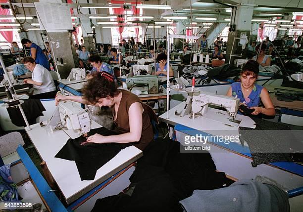 Die Firma Modconf SA stellt Oberbekleidung in Rumänien her In einer großen Werkhalle sitzen viele Mitarbeiterinnen an ihren Nähmaschinen