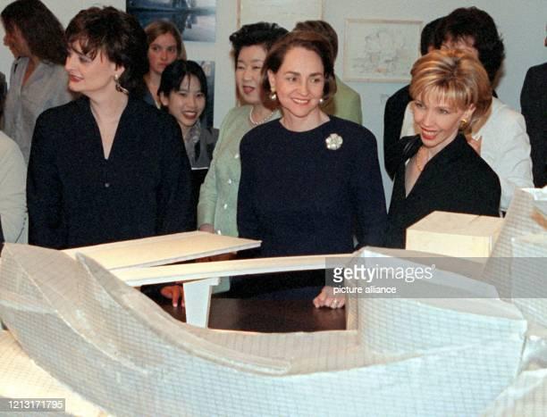 Die First Ladies Cherie Blair , Chizuko Obuchi , Aline Chretien und Doris Schröder-Köpf schauen sich am 18.6.1999 in der Josef-Haubrich-Kunsthalle...
