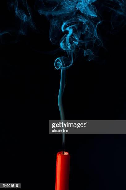 Die Flamme einer Kerze wurde ausgeblasen Symbol für Tod sterben und Vergangenheit