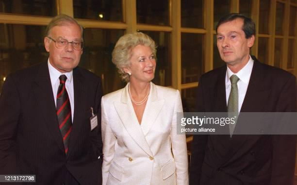 Die Frankfurter Oberbürgermeisterin Petra Roth präsentiert sich am anläßlich des IV. Frankfurter Industrieabends mit dem Präsidenten der Industrie-...
