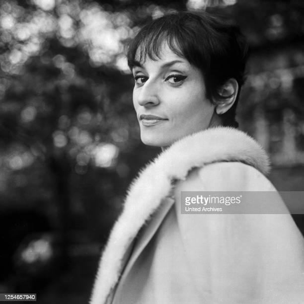 Die französische Chansonsängerin und Komponistin Barbara, Deutschland 1960er Jahre.