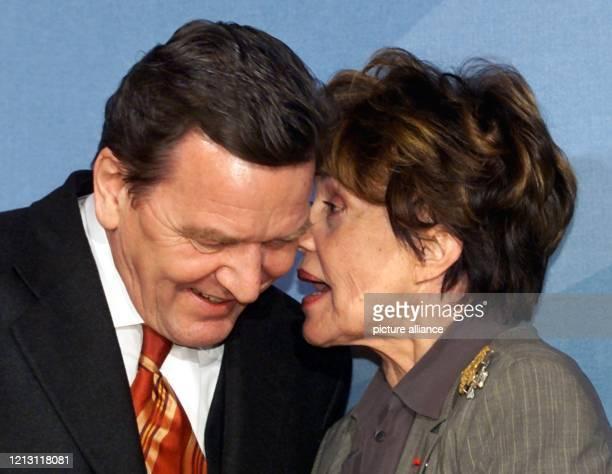 Die französische Schauspielerin Jeanne Moreau spricht am 11.2.2000 im Bundeskanzleramt in Berlin mit Bundeskanzler Gerhard Schröder . Das Treffen...