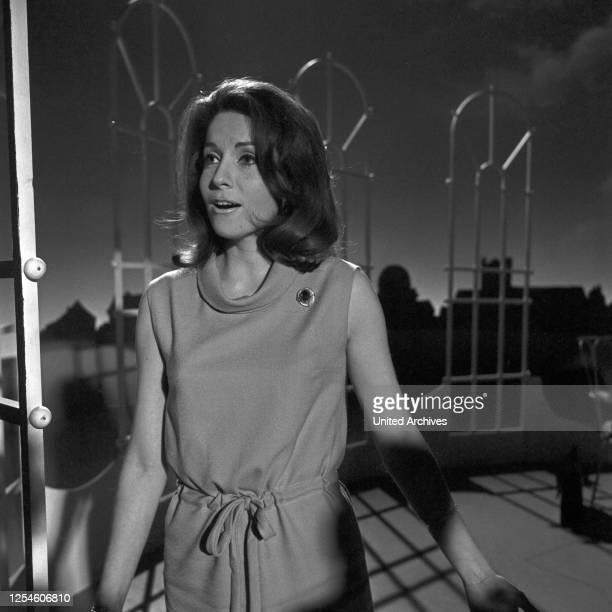 """Die französische Sängerin Jacqueline Boyer in der ARD Musiksendung, """"Musik aus Studio B"""", Deutschland 1960er Jahre."""