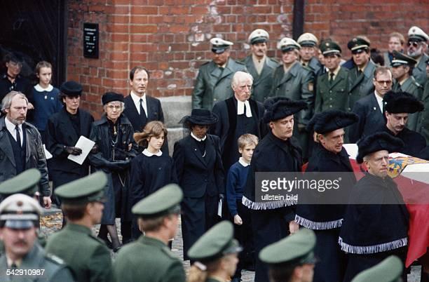 Die Frau von Uwe Barschel, Freya, mit schwarzem Schleier vor dem Gesicht zwischen ihren ältesten Kindern Maike und Hauke folgt dem fahnenbedeckten...