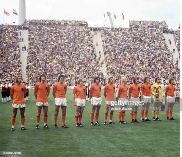 Die Fußballnationalmannschaft der Niederlande nimmt am vor 75300 Zuschauern im Münchner Olympiastadion vor dem Finale der 10 Weltmeisterschaft gegen...