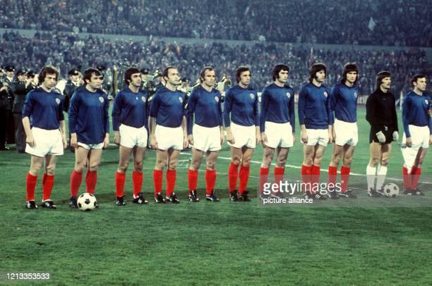 Die Fußballnationalmannschaft von Jugoslawien nimmt am im Frankfurter Waldstadion vor dem Entscheidungsspiel um die WM-Fahrkarten gegen Spanien...