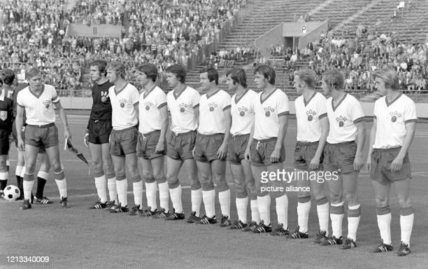 Die Fußball-Olympiamannschaft der DDR nimmt beim Olympischen Turnier in der Bundesrepublik am vor 10.000 Zuschauern in Nürnberg vor ihrem zweiten...